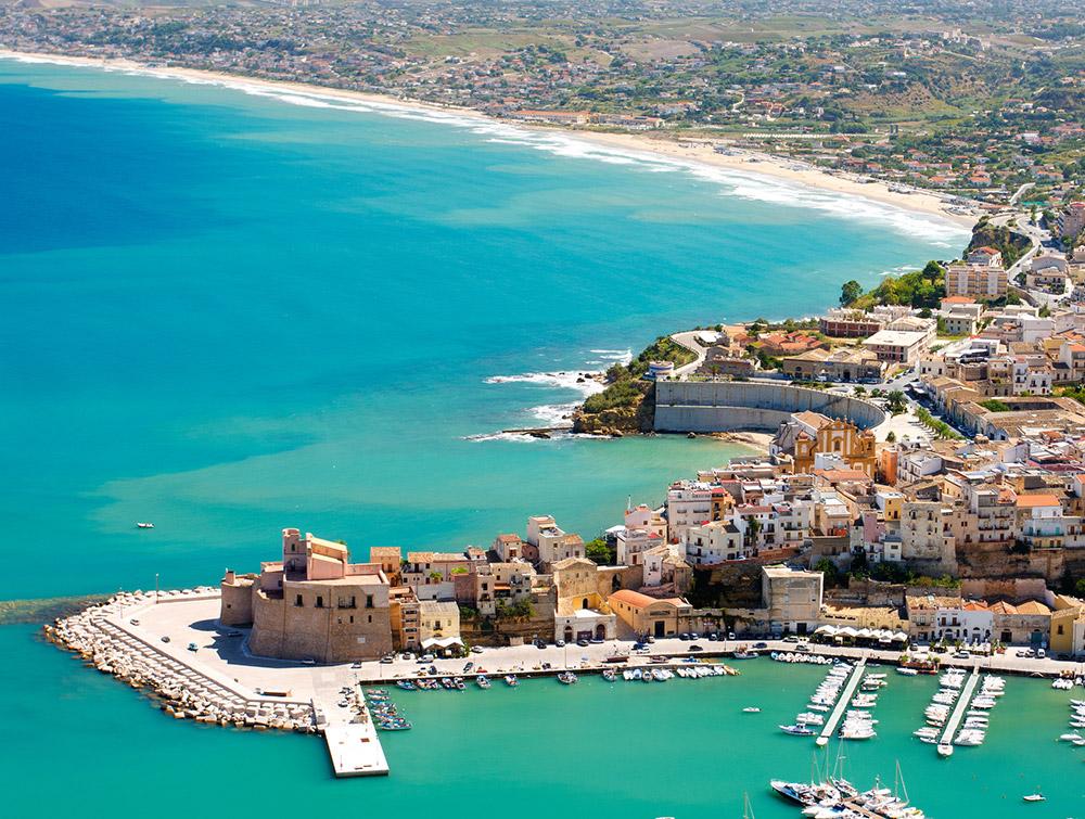 Castellammare del Golfo gezien vanaf Monte Inici