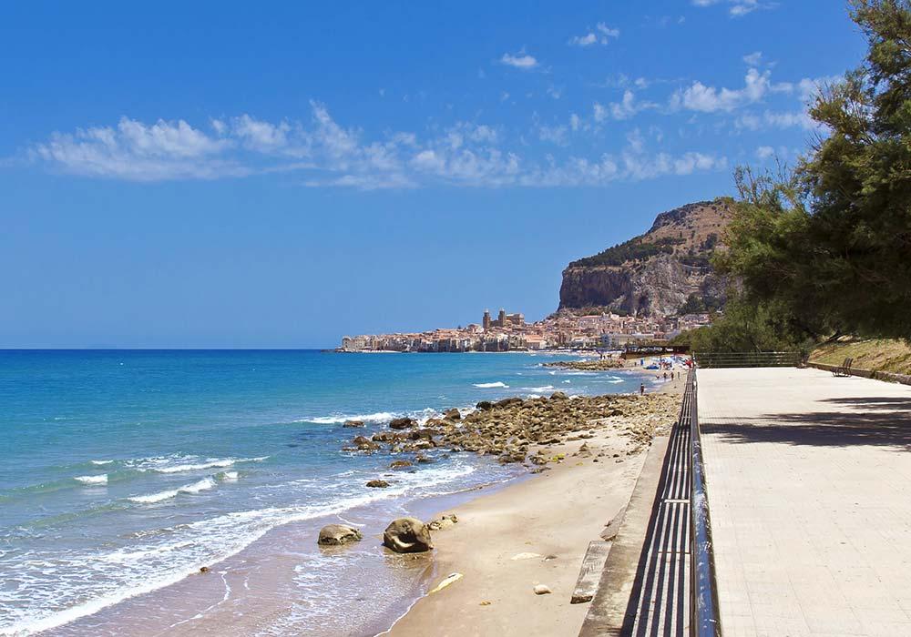 Het middeleeuwse kustplaatsje Cefalù en de grote rocca