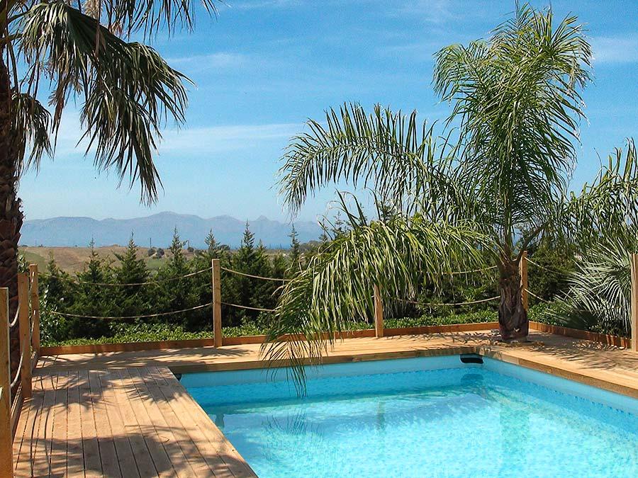 Het zwembad in de tuin van Appartamento Chistu en Appartamento Chiddu