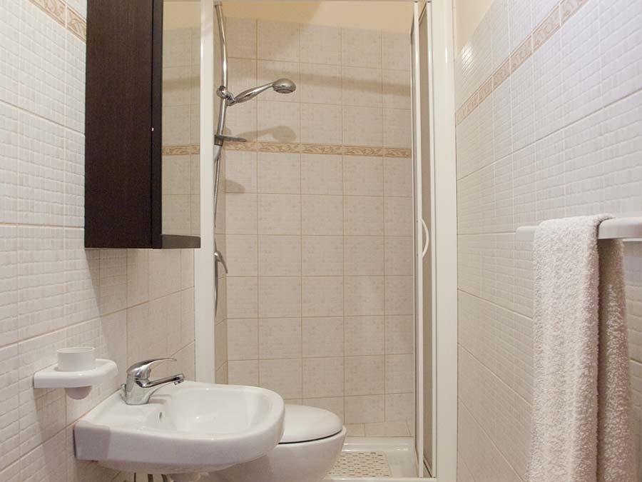 De badkamer met douche van Appartamento Mandarino