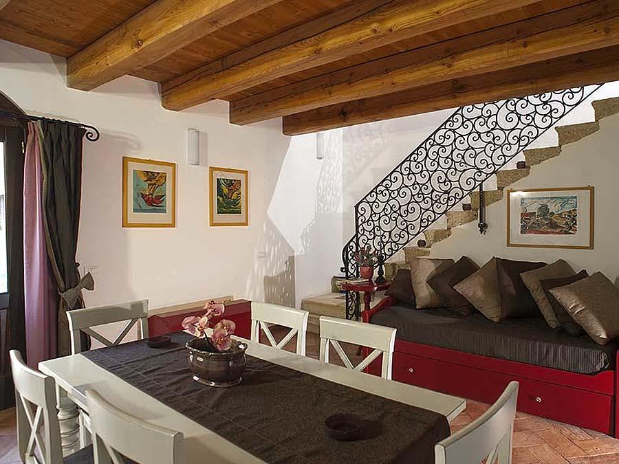 De tafel in de woonkamer van Appartamento Iblea