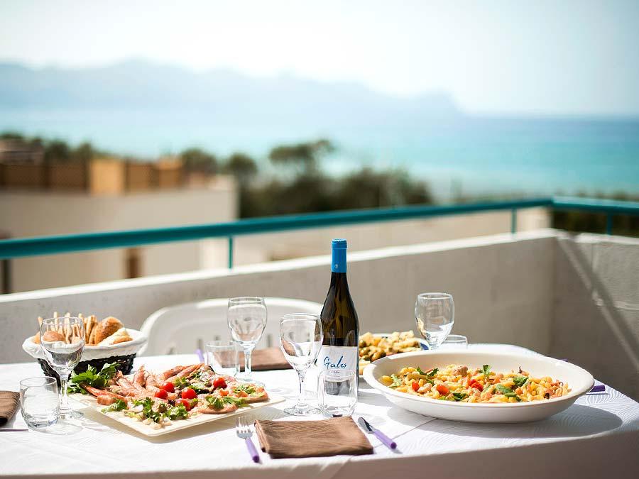 Genieten van de Siciliaanse keuken op het balkon van Appartamento Atalanta in Alcamo Marina op Sicilië