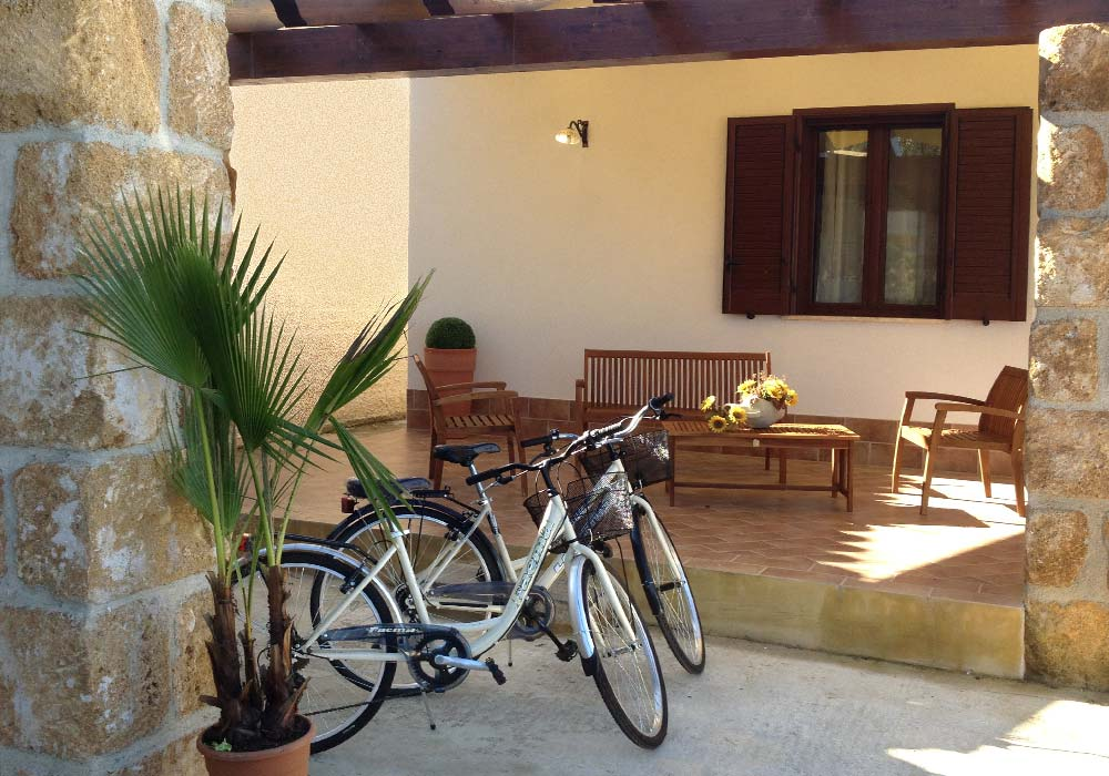 The porch and the two bikes of Villa Donnola