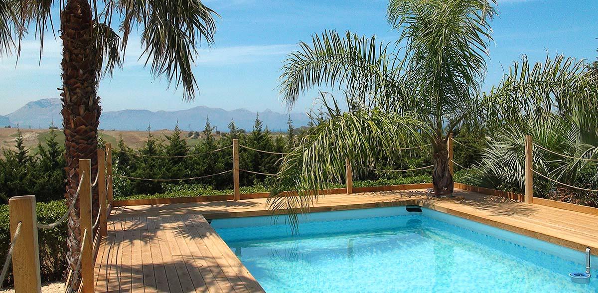 Het zwembad in de tuin van Appartamento Chiddu en Appartamento Chistu