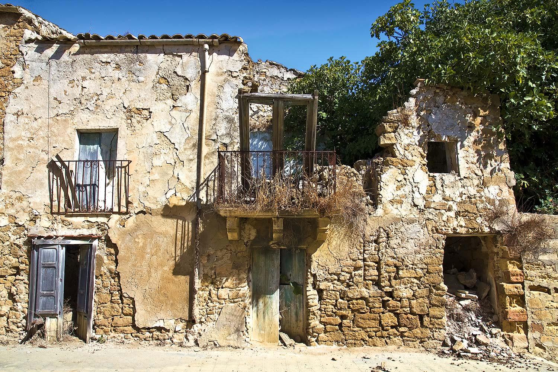Een paar vervallen woningen in Poggioreale