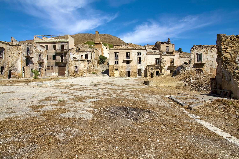 Het dorpsplein van het oude Poggioreale