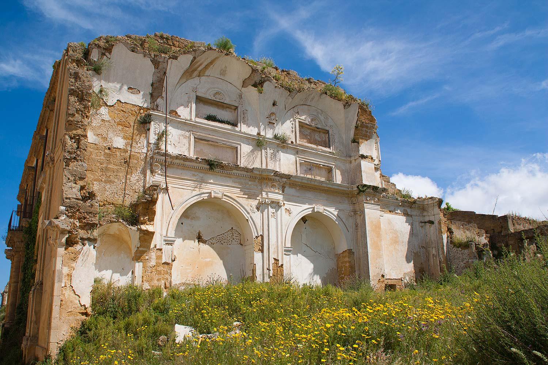De ruïnes van een van de kerken van Poggioreale