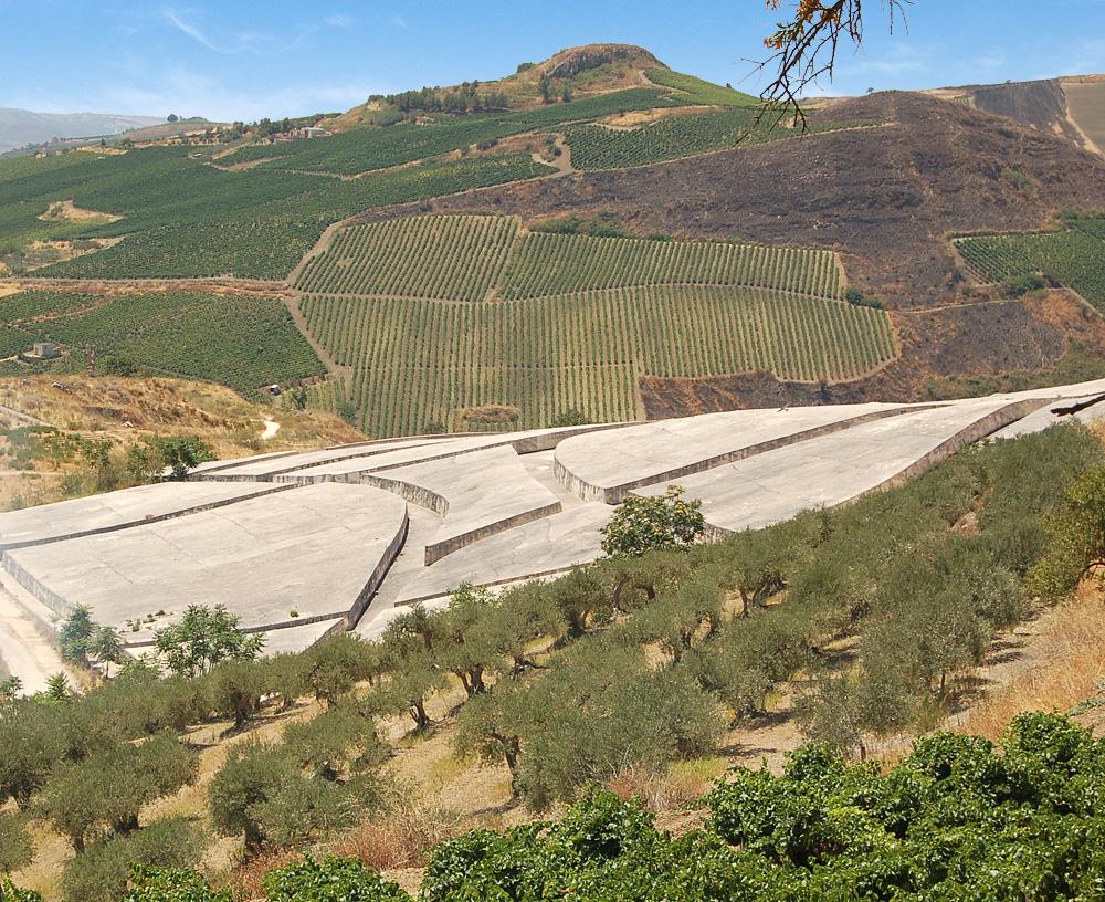 De Cretto di Burri in het heuvelachtige landschap