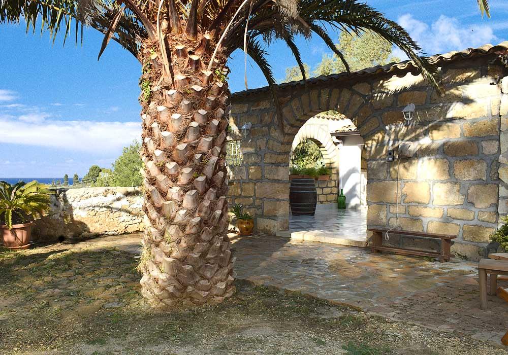 De toegangspoort van Casa Ficurinia