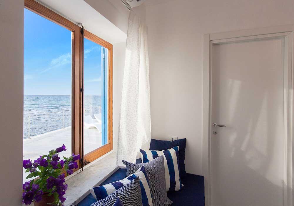 Uitzicht op zee vanuit de woonkamer van Villa Capone