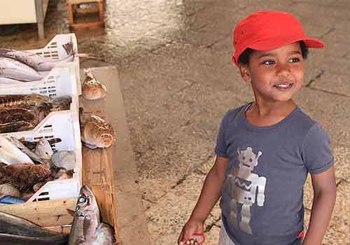 Melaku op de vismarkt