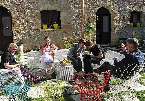 In het zonnetje op de binnenplaats in de Borgo delle Olive