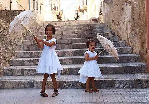 Sterre en Roos op de trappen voor Casa Geraci